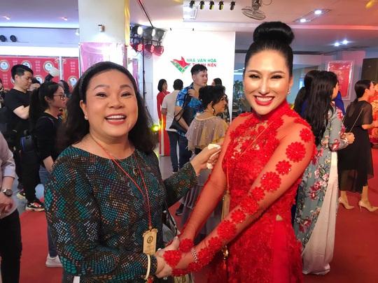 Đông đảo nghệ sĩ xem triển lãm ảnh của NSND Minh Vương - Ảnh 9.