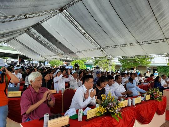 Cờ Tổ quốc đến với ngư dân huyện Long Điền - Ảnh 2.