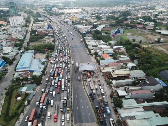 Cấm xe máy qua cầu vượt ngã tư Vũng Tàu - Ảnh 2.
