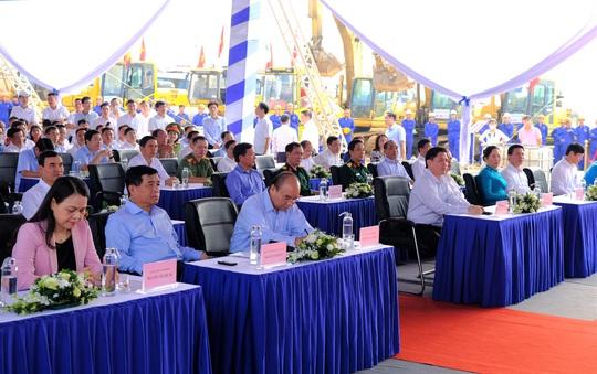 Thủ tướng Nguyễn Xuân Phúc dự lễ khởi công đường cao tốc Bắc - Nam - Ảnh 3.