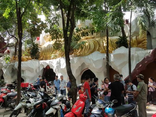 Vẫn rất đông người đến chùa Kỳ Quang 2 hỏi rõ sự tình các hũ tro cốt rơi hình - Ảnh 3.