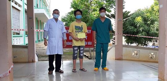 Học sinh lớp 8 âm tính rồi dương tính với SARS-CoV-2 được xuất viện - Ảnh 1.