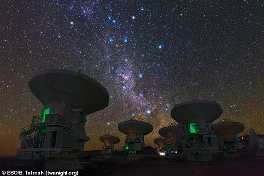 Phát hiện vật thể vượt thời gian phun ra 10.000 mặt trời khí - Ảnh 2.