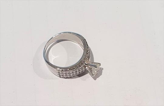 Nữ khách đánh rơi nhẫn kim cương trên máy bay - Ảnh 1.