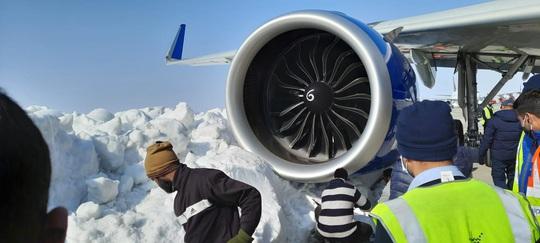 Máy bay chở 233 hành khách bị hỏng vì đâm phải tuyết - Ảnh 1.