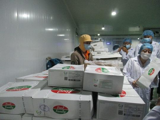 Đồng loạt ra quân kiểm tra thực phẩm cho mùa Tết ở chợ đầu mối, kho lạnh - Ảnh 4.