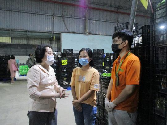 Đồng loạt ra quân kiểm tra thực phẩm cho mùa Tết ở chợ đầu mối, kho lạnh - Ảnh 2.