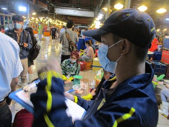 Đồng loạt ra quân kiểm tra thực phẩm cho mùa Tết ở chợ đầu mối, kho lạnh - Ảnh 3.