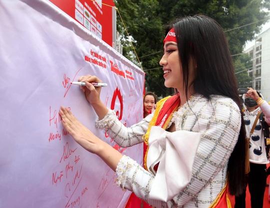Hoa hậu Đỗ Thị Hà cùng hai Á hậu rạng rỡ tại ngày hội hiến máu Chủ nhật Đỏ - Ảnh 10.