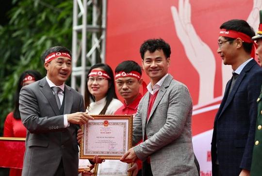 Hoa hậu Đỗ Thị Hà cùng hai Á hậu rạng rỡ tại ngày hội hiến máu Chủ nhật Đỏ - Ảnh 4.