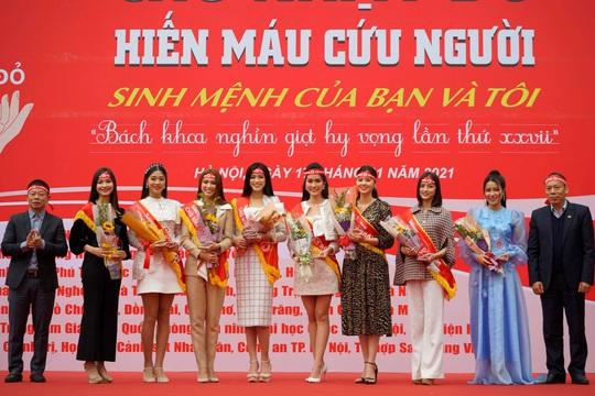 Hoa hậu Đỗ Thị Hà cùng hai Á hậu rạng rỡ tại ngày hội hiến máu Chủ nhật Đỏ - Ảnh 2.