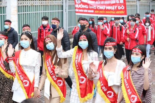 Hoa hậu Đỗ Thị Hà cùng hai Á hậu rạng rỡ tại ngày hội hiến máu Chủ nhật Đỏ - Ảnh 8.
