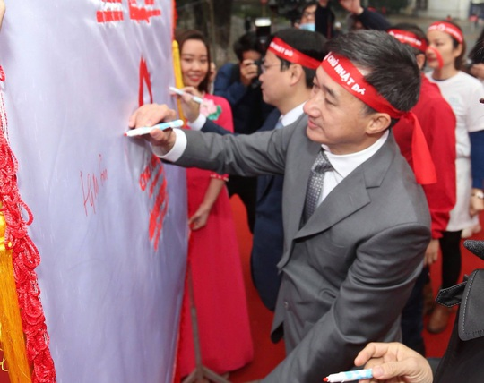 Hoa hậu Đỗ Thị Hà cùng hai Á hậu rạng rỡ tại ngày hội hiến máu Chủ nhật Đỏ - Ảnh 11.