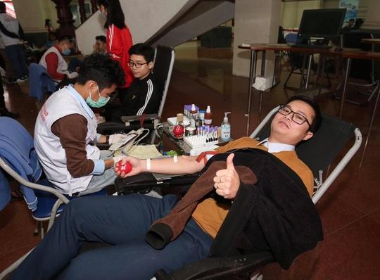 Hoa hậu Đỗ Thị Hà cùng hai Á hậu rạng rỡ tại ngày hội hiến máu Chủ nhật Đỏ - Ảnh 15.