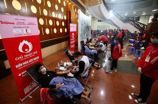 Hoa hậu Đỗ Thị Hà cùng hai Á hậu rạng rỡ tại ngày hội hiến máu Chủ nhật Đỏ - Ảnh 14.