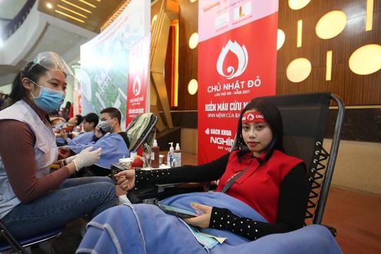 Hoa hậu Đỗ Thị Hà cùng hai Á hậu rạng rỡ tại ngày hội hiến máu Chủ nhật Đỏ - Ảnh 17.