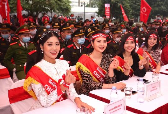 Hoa hậu Đỗ Thị Hà cùng hai Á hậu rạng rỡ tại ngày hội hiến máu Chủ nhật Đỏ - Ảnh 9.