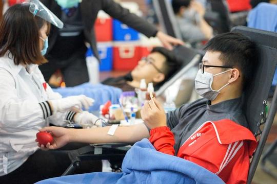 Hoa hậu Đỗ Thị Hà cùng hai Á hậu rạng rỡ tại ngày hội hiến máu Chủ nhật Đỏ - Ảnh 20.