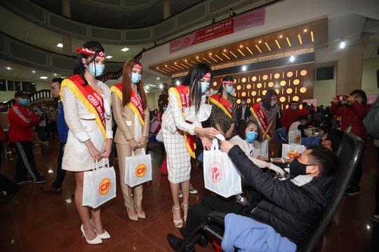 Hoa hậu Đỗ Thị Hà cùng hai Á hậu rạng rỡ tại ngày hội hiến máu Chủ nhật Đỏ - Ảnh 19.