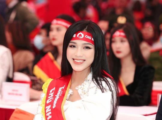 Hoa hậu Đỗ Thị Hà cùng hai Á hậu rạng rỡ tại ngày hội hiến máu Chủ nhật Đỏ - Ảnh 1.