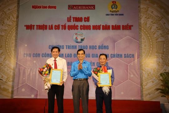 Trao cờ Tổ quốc cho ngư dân và 150 suất học bổng cho học sinh ở Tiền Giang - Ảnh 2.
