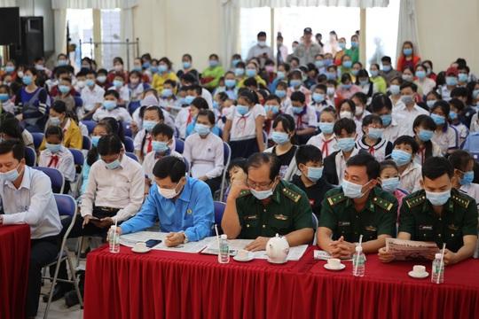 Trao cờ Tổ quốc cho ngư dân và 150 suất học bổng cho học sinh ở Tiền Giang - Ảnh 5.