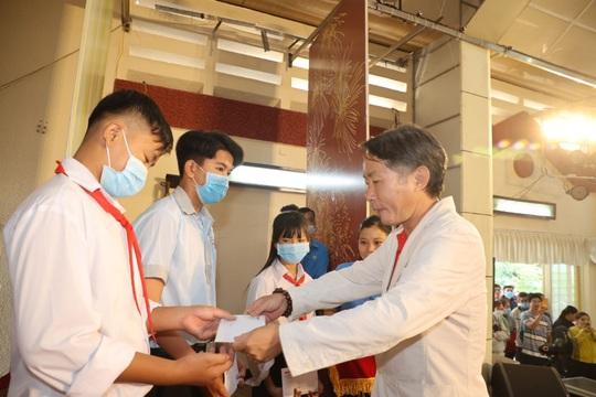 Trao cờ Tổ quốc cho ngư dân và 150 suất học bổng cho học sinh ở Tiền Giang - Ảnh 12.