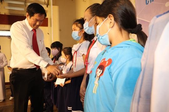 Trao cờ Tổ quốc cho ngư dân và 150 suất học bổng cho học sinh ở Tiền Giang - Ảnh 13.