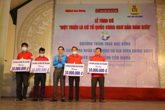 Trao cờ Tổ quốc cho ngư dân và 150 suất học bổng cho học sinh ở Tiền Giang - Ảnh 14.