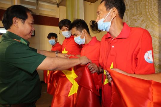Trao cờ Tổ quốc cho ngư dân và 150 suất học bổng cho học sinh ở Tiền Giang - Ảnh 17.