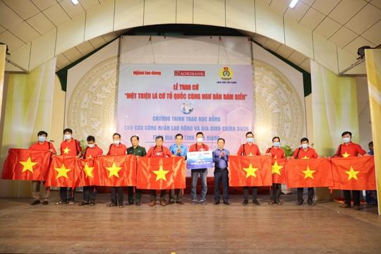 Trao cờ Tổ quốc cho ngư dân và 150 suất học bổng cho học sinh ở Tiền Giang - Ảnh 20.