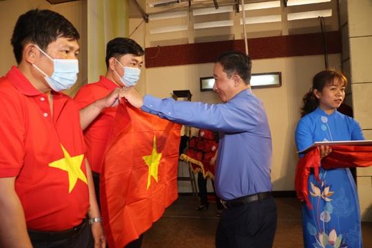 Trao cờ Tổ quốc cho ngư dân và 150 suất học bổng cho học sinh ở Tiền Giang - Ảnh 3.