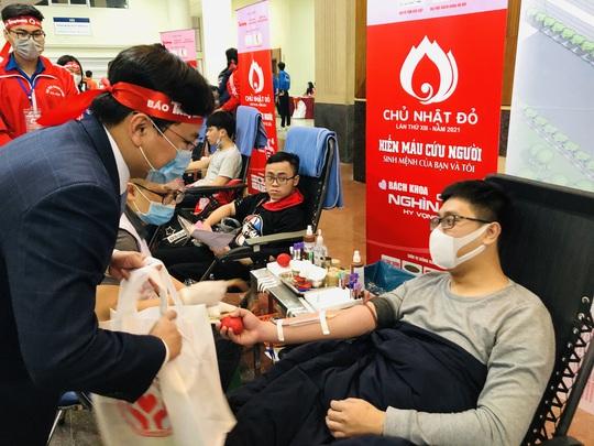 Hoa hậu Đỗ Thị Hà cùng hai Á hậu rạng rỡ tại ngày hội hiến máu Chủ nhật Đỏ - Ảnh 18.