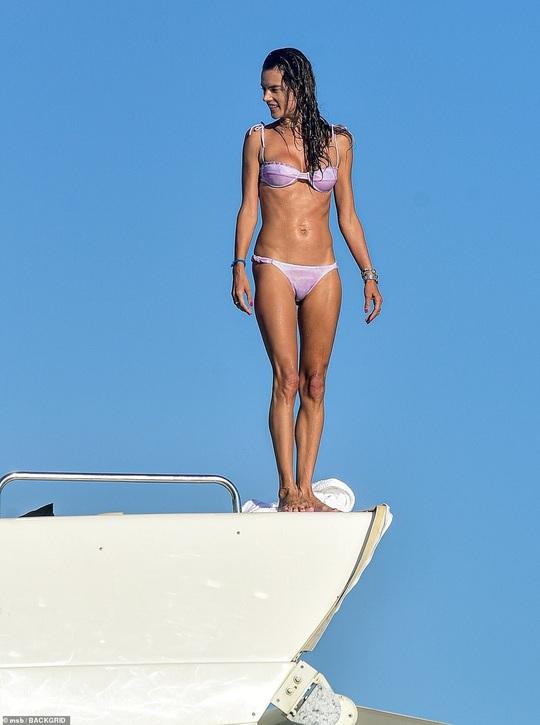 Alessandra Ambrosio gây tranh luận khi khoe thân với bikini - Ảnh 1.