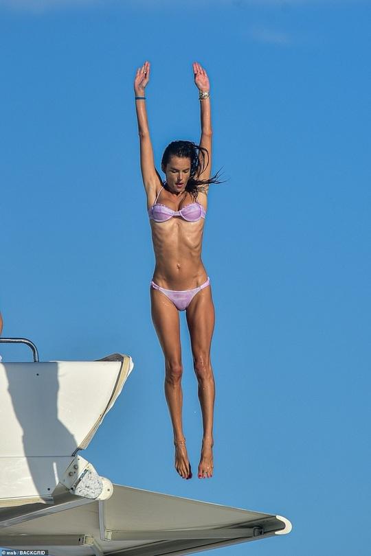 Alessandra Ambrosio gây tranh luận khi khoe thân với bikini - Ảnh 3.