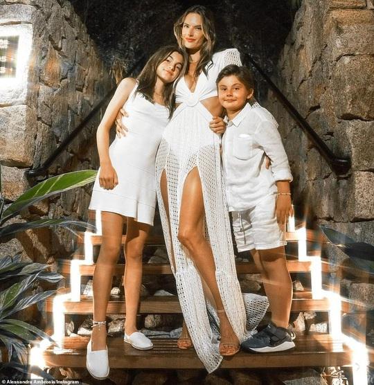 Alessandra Ambrosio gây tranh luận khi khoe thân với bikini - Ảnh 8.