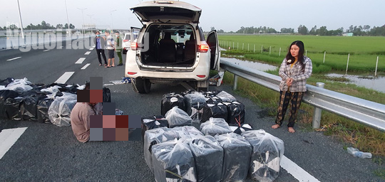 Truy bắt 2 vợ chồng bỏ ô tô biển số giả trên cao tốc chạy thoát thân - Ảnh 1.