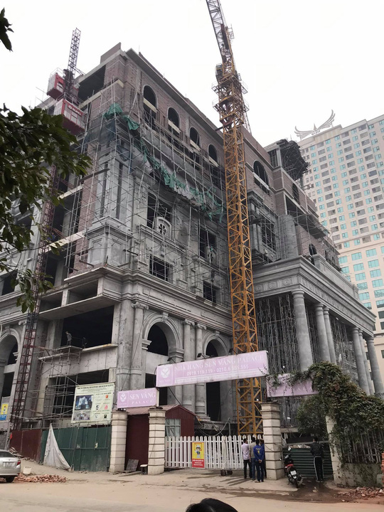 Giàn giáo trung tâm thương mại cao tầng bất ngờ đổ sập, nhiều công nhân gặp nạn - Ảnh 3.