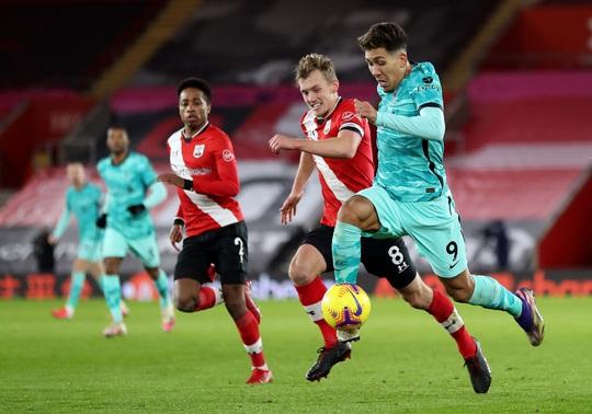 Bại trận vì cố nhân, Liverpool lung lay ngôi đầu Ngoại hạng - Ảnh 1.
