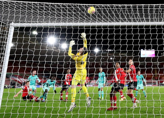 Bại trận vì cố nhân, Liverpool lung lay ngôi đầu Ngoại hạng - Ảnh 3.
