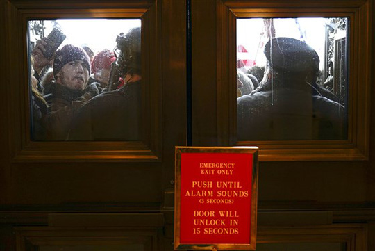 Loạt ảnh người biểu tình xông vào quốc hội Mỹ - Ảnh 8.
