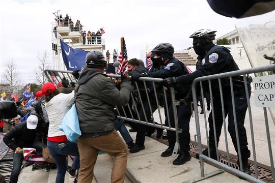 Loạt ảnh người biểu tình xông vào quốc hội Mỹ - Ảnh 2.