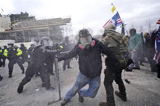 Loạt ảnh người biểu tình xông vào quốc hội Mỹ - Ảnh 4.