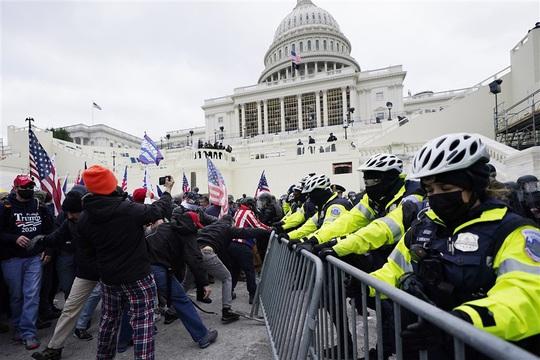 Loạt ảnh người biểu tình xông vào quốc hội Mỹ - Ảnh 5.