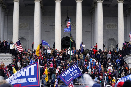 Loạt ảnh người biểu tình xông vào quốc hội Mỹ - Ảnh 16.