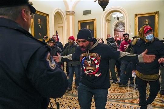 Loạt ảnh người biểu tình xông vào quốc hội Mỹ - Ảnh 10.