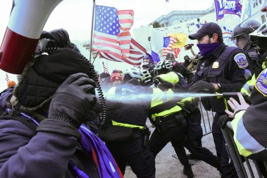 Những người gây bạo loạn ủng hộ hay chống đối Tổng thống Trump? - Ảnh 2.