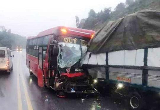 Xe khách lấn làn tông trực diện xe tải, tài xế gãy chân mắc kẹt trong cabin - Ảnh 2.
