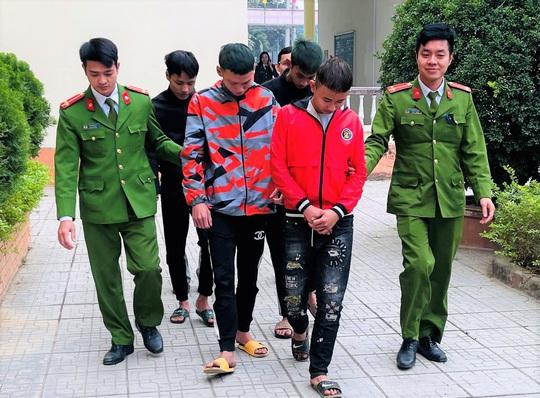 5 thanh thiếu niên nghiện game rủ nhau vác mã tấu ra đê chặn xe cướp tài sản - Ảnh 1.