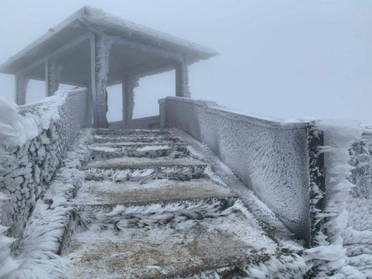 Đỉnh Mẫu Sơn lạnh -1,4 độ C, miền Bắc trùm trong giá rét, miền Trung mưa to - Ảnh 1.